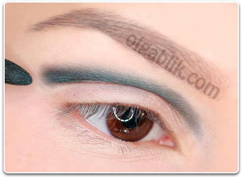 How to Apply blue and white eyeshadow3