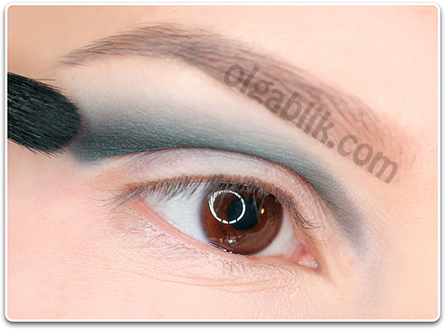 How to Apply blue and white eyeshadow4