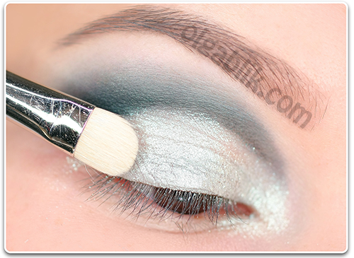 How to Apply blue and white eyeshadow5