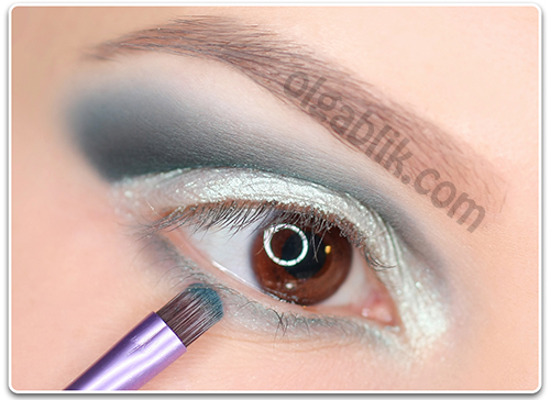 How to Apply blue and white eyeshadow6