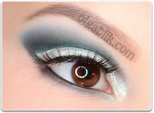 How to Apply blue and white eyeshadow7