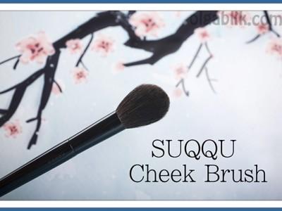 Особенная кисть SUQQU Cheek Brush.