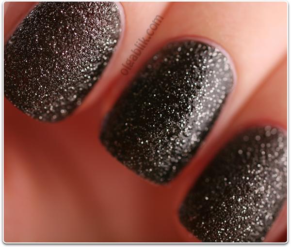 Черный песок на ногтях L'Oreal Paris Color Riche