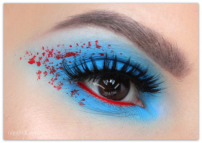 Макияж с голубыми тенями и красной подводкой