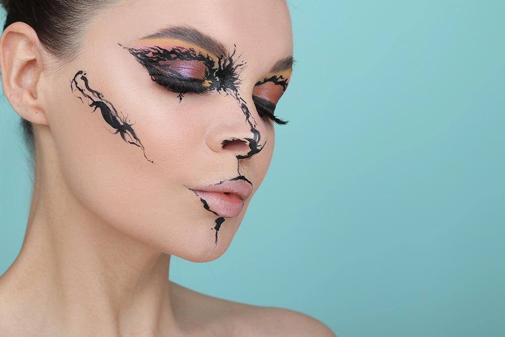 Легкий макияж на Хэллоуин 2019 для девушек: образ