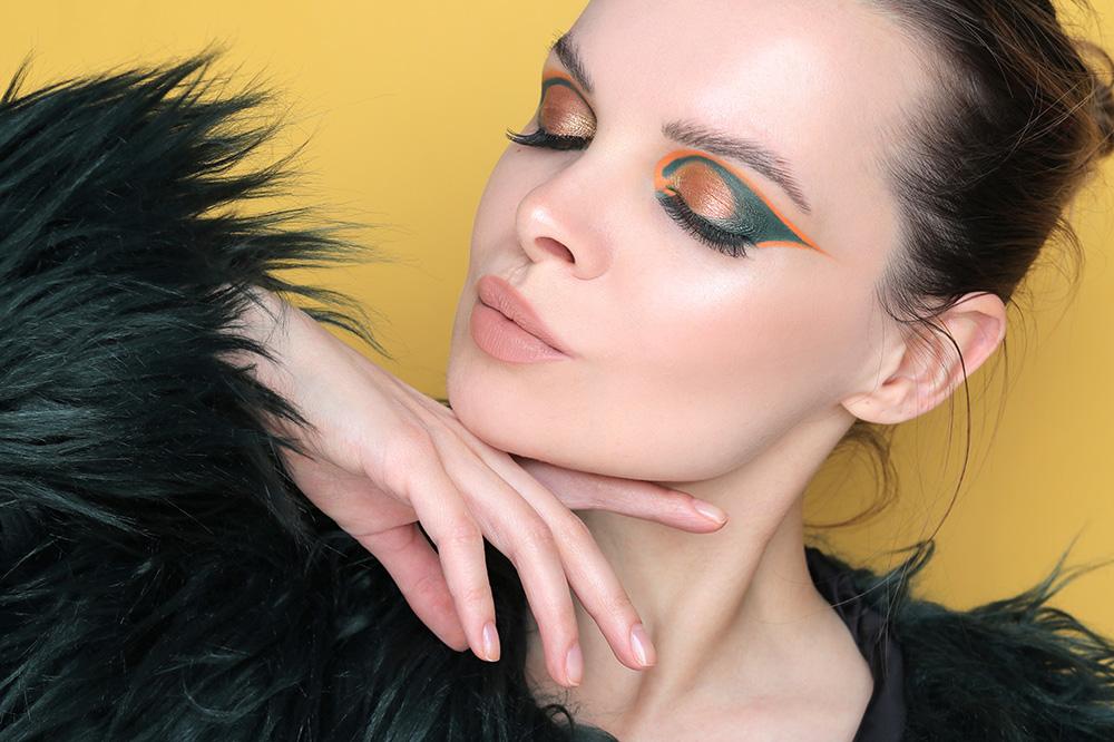 Необычный макияж с широкими стрелками