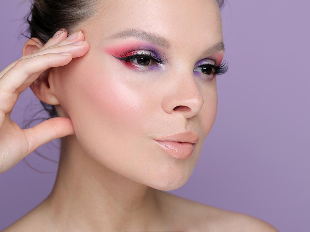 Красные, фиолетовые и серебряные тени в макияже глаз