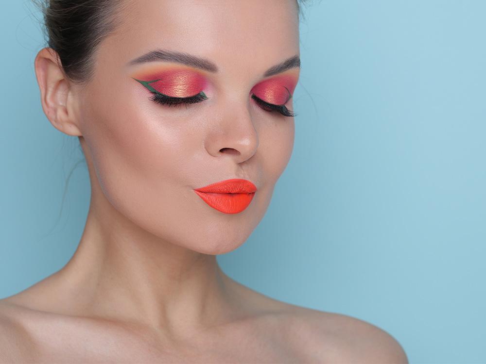 Зелёные стрелки и оранжевые губы - фото и макияж