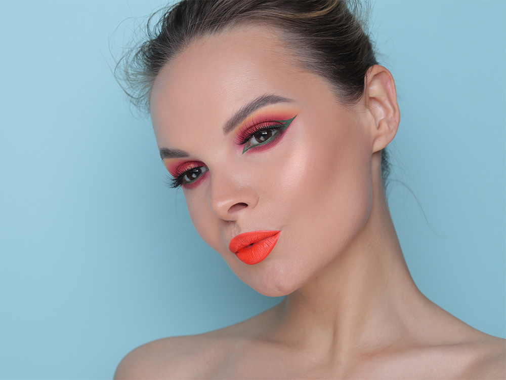 Зеленые стрелки и оранжевые губы - фото и макияж