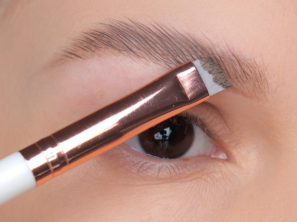 Как красить брови кремовыми тенями