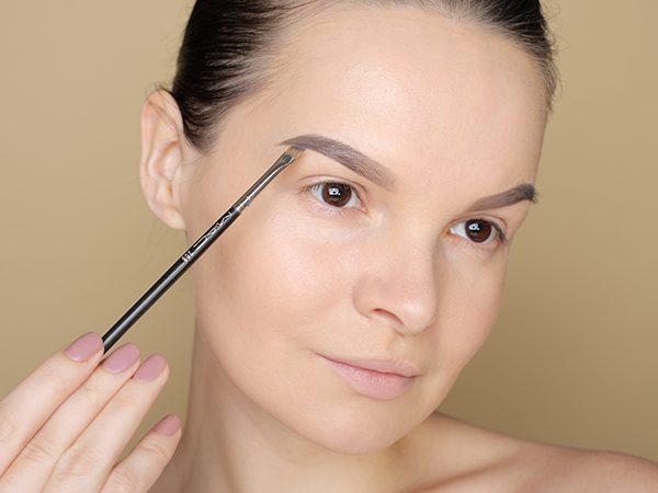 Как рисовать брови тенями: пошаговый макияж
