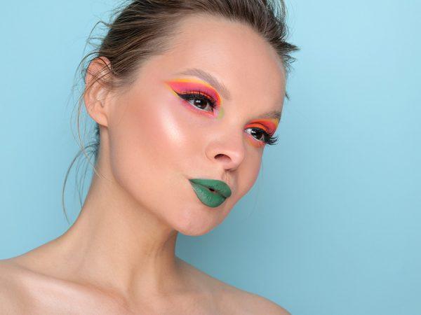 Неоновый макияж глаз 2020: повторяем модные тенденции