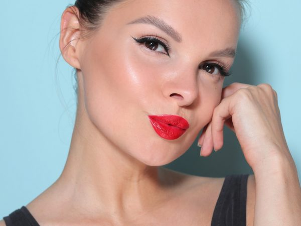 Стрелки и красные губы: классический макияж