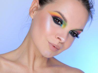Неприлично цветной макияж со стрелками на глазах